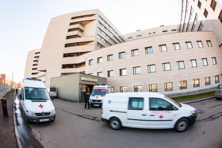 Скорая помощь у приемного отделения Боткинской больницы (Москва).
