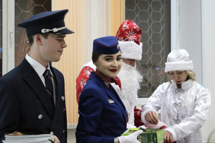 """Авиакомпания """"Россия"""", акция """"Иележка радости"""" в Боткинской больнице. 24 декабря 2019 года."""