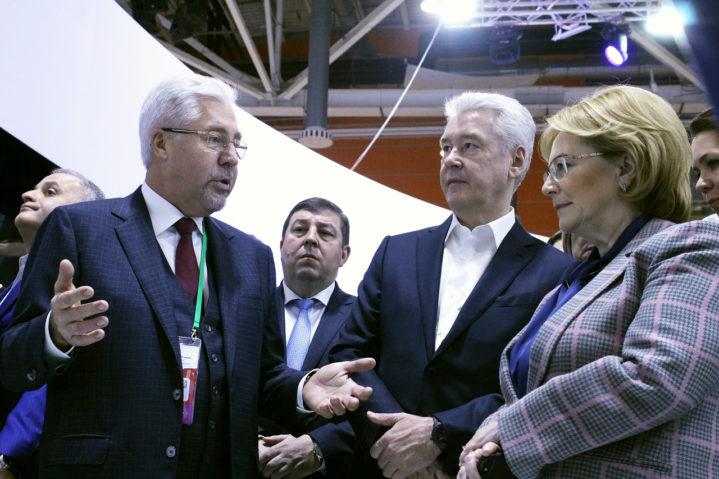 Главный врач Боткинской больницы А.В.Шабунин представил мэру С.С.Собянину макет нового стационарного скоропомощного комплекса.