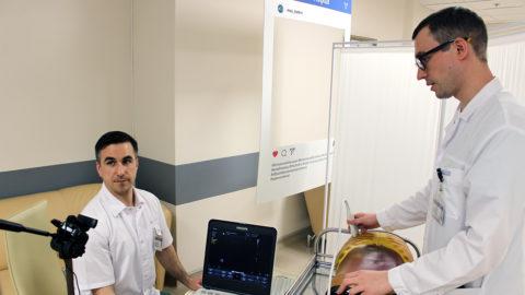 Врач анестезиолог-реаниматолог Боткинской больницы В.Н.Лыхин и главный внештатный специалист «Скорой помощи» по ультразвуковой диагностике Р.Э.Филявин ведут вебинар по УЗД в МСЦ Боткинской больницы.