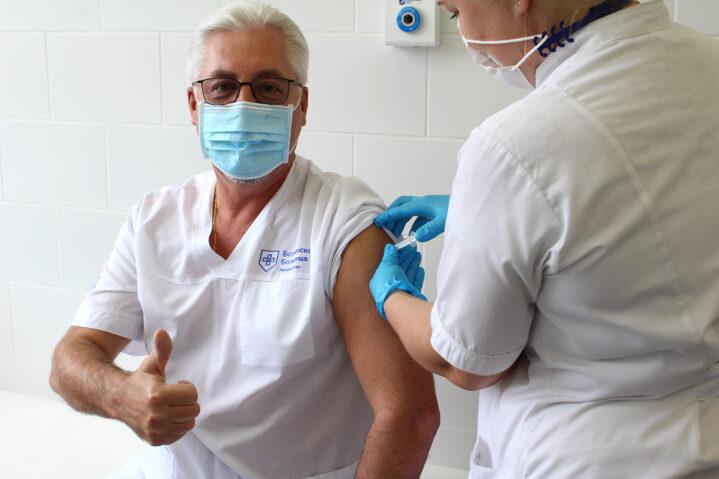 """Главный врач Боткинской больницы ДЗМ А.В.Шабунин привился вакциной """"Спутник V""""."""